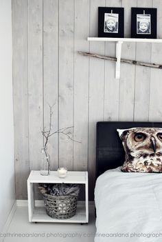 Love the gray wall Nordic Bedroom, Cozy Bedroom, Bedroom Decor, Grey Wood Floors, Grey Walls, Cottage Living, Living Room, Grey Wall Decor, Scandinavian Interior