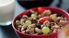 Muesli Recipe:Starting a day with a bowl of muesli is healthy but worried about its sugar content and preservatives?You can make healthy muesli in you home Breakfast Desayunos, High Protein Breakfast, Breakfast Ideas, Breakfast Recipes, Healthy Recipes, Healthy Snacks, Vegetarian Recipes, Healthy Soup, Eat Healthy