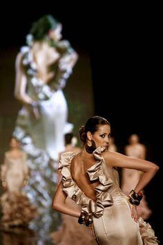 Una modelo posa con una de las creaciones de la diseñadora Vicky Martín Berrocal, durante el defile de la diseñadora incluido en el XV Salón...
