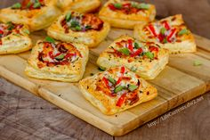 Looking for Fast & Easy Appetizer Recipes, Tailgating Recipes! Recipechart has over free recipes for you to browse. Find more recipes like Pizza Tarts. Puff Pastry Pizza, Puff Pastry Recipes, Tart Recipes, Cooking Recipes, Savory Pastry, Savoury Baking, Pizza Recipes, Vegetarian Recipes, Pizza Tarts
