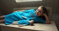 Lalka Lalanna z haftowaną buzią w turkusowej sukience z koroną i identyczna sukienka dla dziewczynki- zestaw LALANNA