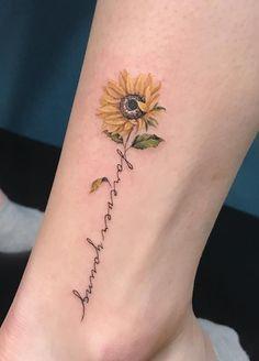 Feiern Sie die Schönheit der Natur mit diesen inspirierenden Sonnenblumen-Tattoos, Celebrate the beauty of nature with these inspiring sunflower tattoos, … Cute Small Tattoos, Small Tattoo Designs, Tattoos For Women Small, Unique Tattoos, Beautiful Tattoos, Awesome Tattoos, Pretty Tattoos, Daisy Tattoo Designs, Artistic Tattoos