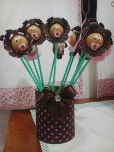 Vaso de flor de menininhas feito com lata de leite em pó, EVA, palitos de churrasco, fita de cetim e bolinhas de isopor