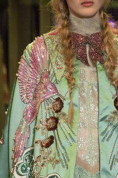 Gucci at Milan Fashion Week Fall 2017 - Details Runway Photos Gucci Fashion, Couture Fashion, Runway Fashion, High Fashion, Luxury Fashion, Fashion Show, Fashion Looks, Milan Fashion, Fall Fashion
