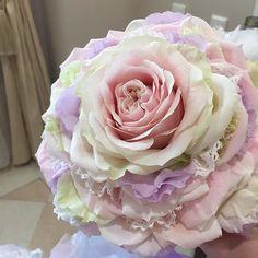 わかりやすいように加工なしです。 お支度してる途中に持ってきたお色直し用のブーケ。 私はメリアブーケにしました♡ もうめちゃくちゃかわいくて❤️❤️ ところどころレース入ってるのー! このブーケは押し花にしてもらうことにしました。 出来上がるの半年後くらい(笑) #結婚式 #結婚式準備 #プレ花嫁 #卒花嫁 #0326ちーむ #ブーケ #メリアブーケ #yc0326wedding