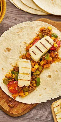 Bist du auch ein Wraps-Fan? Dann solltest du unsere Variante mit würzigem Hackfleisch, frischem Kürbis, Tomaten und aromatischem Halloumi-Käse unbedingt mal zubereiten. Wer möchte kann auch die Tortilla-Fladen ganz einfach selbst herstellen. Guten Appetit!