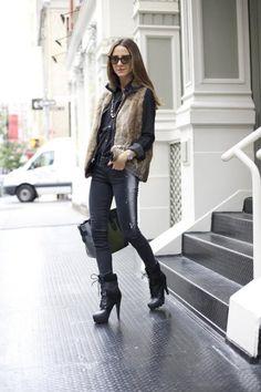 schwarze Jeans, schwarzes Hemd und braune Fellweste