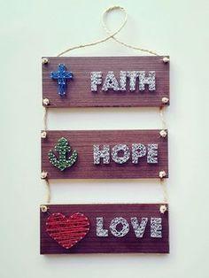 Quadro em string art: Faith Hope and Love (Fé, Esperança e Amor) feito em compensado cor mogno. O produto é artesanal e feito manualmente. Portanto pode haver variação entre as peças. Fazemos com outras cores, em outros tipos de madeiras e outros desenhos, consulte-nos