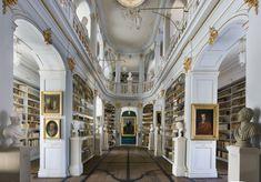 Biblioteca Anna-Amalia, en Weimar, es una biblioteca pública de investigación sobre la literatura y cultura alemana de 1800. En el año 2004 sufrió un devastador incendio que destruyó ejemplares únicos y obras de arte. Tras su reconstrucción, está de nuevo en funcionamiento.