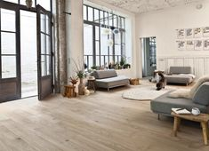 Light flooring | lichte vloer | hoge ramen | neutral colors | neutrale kleuren | wit beige grijs zwart | white grey black | living | woonkamer