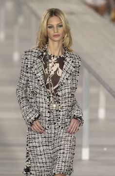 http://www.livingly.com/runway/Chanel/Paris Fashion Week Spring 2004/RF5g9EZiXQj