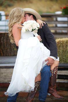 36 Cheerful Country Wedding Decor Ideas - My Wedding Planning :) - Wedding dresses Cute Wedding Ideas, Perfect Wedding, Dream Wedding, Wedding Day, Wedding Inspiration, Wedding Pictures, Wedding Tips, Cowgirl Wedding, Wedding Album