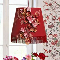 Un abat-jour décoré de fleurs en tissu