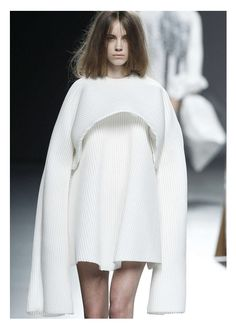 Sculptural Fashion Construction with rounded silhouette extended sleeves // Ernesto Naranjo Runway Fashion, Fashion Art, Fashion Show, Womens Fashion, Fashion Design, Fashion Trends, Fall Fashion, Haute Couture Style, Couture Fashion