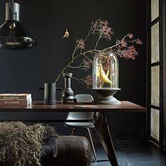 VAN ALLE TIJDEN • een echte oude turnbok naast een rauwe tafel, maar dan in een gloednieuw jasje. Zo krijg je die mooie herleving van the best of all times. Fotografie @tjitskevanleeuwen | Styling @marianneluning