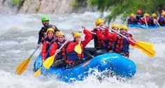 Asyiknya bermain arung jeram di sungai dengan arus yang lumayan menantang. Via http://www.lagipergi.com