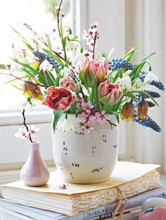 Frühlingsstrauß aus Tulpen, Perlhyazinthen und Blutpflaumen - Mit diesem Frühlingsstrauß vertreiben Sie auch das letzte Wintergrau.