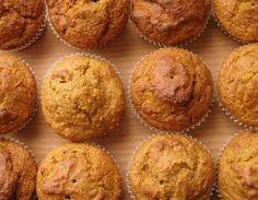 Тыкву и яблоко очистить, нарезать кубиками, сложить в кастрюлю. Отварить до мягкости, пюрировать блендером. Healthy Snacks, Healthy Recipes, Healthy Eating, Giant Cupcakes, Tasty, Yummy Food, Pound Cake, Deserts, Food And Drink