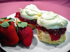 This is the best scone recipe I have ever tried and I want to share it with you.With this recipe you can make light and fluffy scones every time! Best Scone Recipe, Basic Scones, How To Make Scones, Biscuit Recipe, A Table, Cooking Recipes, Bread Recipes, Eggless Recipes, Strawberries