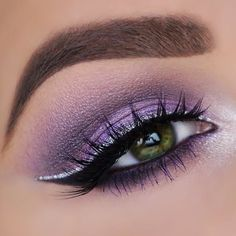 Liquid Crystal Body Liner Purple Eyeshadow with Silver Eyeliner - Das schönste Make-up Eyeliner Make-up, Eyeliner Brown Eyes, Purple Eyeliner, How To Do Eyeliner, Smokey Eyeshadow, Eyeliner Styles, Eyeliner Looks, Glitter Eyeliner, Eyeshadow Makeup