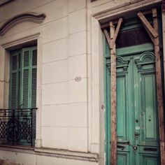 Se vende. Ojalá no vaya a Demolitionland #doors #windows #green #fenêtres #portes #arquitectura #architecture #old #beauty #houses #châteaux #Belgrano #BuenosAires #Argentina (en Chinatown, Buenos...