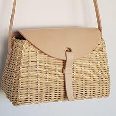 Wicker shoulder bag by mumico Newspaper Bags, Sacs Design, Creative Bag, Wicker Purse, Art Bag, Designer Shoulder Bags, Basket Bag, Knitted Bags, Paper Crafting
