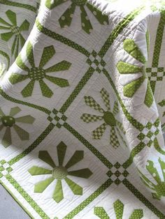 A green daisy quilt. Looks like Dresden plates spaced out with different… Quilting Projects, Quilting Designs, Dresden Plate Quilts, Dresden Plate Patterns, Quilt Inspiration, Two Color Quilts, Patch Aplique, Applique Quilts, Quilt Tutorials