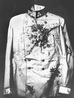 (129) - 1GM9 - 13 de julio 1914: Austria no encuentra nada para vincular el gobierno serbio con el asesinato, Sin embargo, el gobierno siguió adelante con su intento de entrar en conflicto con Serbia mediante la elaboración de un ultimátum con términos que el país no podría aceptar. En la imagen se muestra el uniforme del archiduque Franz Ferdinand cubierto de sangre.