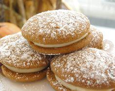 Prueba nuestras galletas de calabaza rellenas de glaseado de maple y queso crema. Magnolia Bakery México. #MagnoliaBakeryMX #Galletas #Seleccion