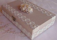 Caixa em MDF forrada em tecido 100% algodão. Revestida com bordado inglês e chatons pérola. Flor em cetim e organza acima da caixa. R$ 70,00