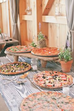 pizza buffet simple summer wedding Photo Source: Green Villa Barn #weddingfood #pizza #summerwedding SOOO AMANDA