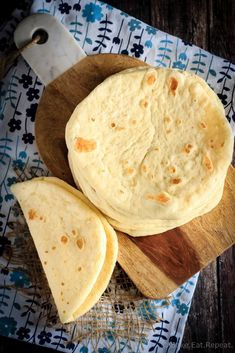This homemade soft flatbread recipe is super easy to make and is perfect for sandwiches, gyros or even mini pizzas. Easy soft flatbread you will love! Soft Flatbread Recipe, Flatbread Recipes, Bread Bun, Easy Bread, Flat Bread, Bread Machine Recipes, Mexican Food Recipes, Baking Recipes, Food To Make