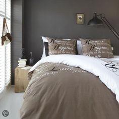 Warm bedroom! donkere muur, witte gordijnen