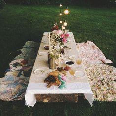 Al Fresco dining - a backyard picnic dinner Outdoor Settings, Table Settings, Backyard Picnic, Backyard Seating, Backyard Parties, Garden Parties, Dinner Parties, Deco Floral, Company Picnic