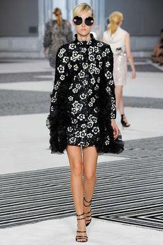 Italian fashion designer Giambattista Valli unveiled his new Haute Couture Fall 2015 Collection in Paris. The ninth in his series of couture collections, was Fashion Week, Runway Fashion, Fashion Show, Fashion Glamour, Vogue, Bouchra Jarrar, Podium, Italian Fashion Designers, Black White Fashion