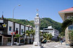 Viaje de Novios a Seychelles: Qué ver en las Isla de Mahé. La torre del reloj de Victoria es la elegante réplica de un reloj construido en Londres en 1897 cerca de la Estación Victoria. El gobernador de Seychelles, Sir Ernest Sweet-Escott, quedó prendado por este monumento durante una visita a Londres y ordenó construir uno igual en 1903 para conmemorar la muerte de la Reina Victoria.  #ViajeDeNovios #LunaDeMiel #Seychelles