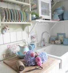Soooo....neue Blumen für die Küche 🍃💐🍃 Manoman....mußte das Bild voll aufhellen 💡💡💡 der Wein und der Zierapfel vor'm Küchenfenster schlucken so viel Licht 🍃🌿🙈🌿✂️🤔🍃 Habt alle n schööönen Feierabend....der Montag ist geschafft...yeah 💪🙏👍💃🎉🙋😘💕💕💕 . . #greengate #greengatelove #flowers #hydrangea #rosen #hortensien #maileg #kök #køkken  #kitchen #küche #iblaursen #whitehome #whitekitchen #tilda