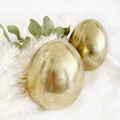 Das Osterei ist der große Hauptdarsteller wenn es um das Thema Ostern geht. In eine goldglänzende Farbe gehüllt braucht dieses Osterei fast keine Nebendarsteller mehr.  Aber ab und zu fühlt es sich in einem österlichen Grasnest doch ganz wohl oder will neben kleinen Dekohasen eine gute Figur machen und somit dein Wohnzimmer verschönern.  Maße: Höhe: 11,5 cm Farbe: Gold Gras, Vegetables, Easter Activities, Figurine, Living Room, Colour, Vegetable Recipes, Veggies