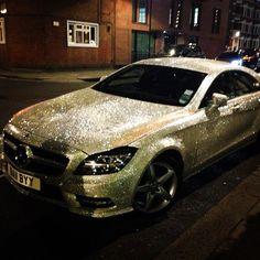Une jeune fille russe a couvert l'intégralité de sa Mercedes avec un million de cristaux Swarovski !