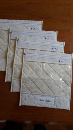 Saquinhos para Maternidade, tecido 100 % algodão com metalasse ou quilt reto fechamento com ziper e visor em plástico cristal.  Tamanho 35 X 30
