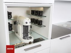 Espressomaskinen kan få sin egen plads, med plads til kopper, kaffe, kapsler m.v.