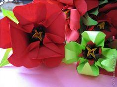 """цветок состоит из 5 элементов. один модуль """"лилия"""" зеленого цвета, бумага размером 10см. два модуля красного или розового цвета(приближенного к цвету маковых лепестков) размер 9см. и, серединка. состоит из двух модулей сделанных как модуль""""супер шар"""". один черного цвета (6см) и желтого цвета (5см). для сердцевинки, делаем модули как для """"супер шара"""", только в укороченном варианте - не разворачивая модуль внутрь. фото 2"""
