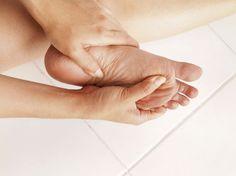 Diabetischer Fuß, was ist das eigentlich? Der diabetische Fuß ist die Folge einer durch Diabetes ausgelösten Unterversorgung der Gefäße und des Gewebes mit Sauerstoff und Nährstoffen. Dadurch können Betroffene Schmerzen nicht mehr richtig wahrnehmen. Kleine Wunden können sich so zu großen Infektionen ausweiten. Wir erklären, was noch dahinter steckt.