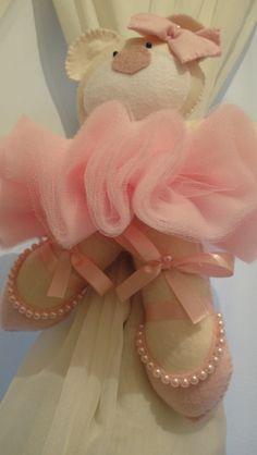 Prendedor de cortina de feltro com detalhes em pérola rosa, mas pode ser feito usando outras cores como lilás por exemplo,O preço acima se refere á unidade, o par custa R$97,40.Conheça também o Porta Maternidade Ursa bailarina.