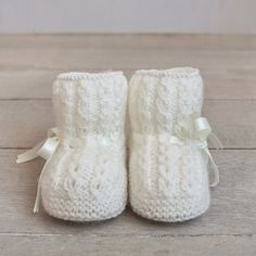 Items similar to Patucos con ochos para bebé tejidos a mano on Etsy With eight baby hand knitted booties by ALittleDresses on Etsy This Pin was discovered by Ild I pinimg com 32 jpg – Artofit Baby Knitting Patterns, Baby Booties Knitting Pattern, Knitted Baby Clothes, Crochet Baby Shoes, Crochet Baby Booties, Hand Knitting, Baby Hands, Baby Boots, Etsy
