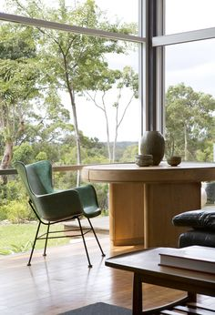 Fiona MacLennan, Ken Norrish and Family - The Design Files Classic Furniture, Mid Century Modern Furniture, Furniture Styles, Modern Vintage Decor, My Ideal Home, The Design Files, Australian Homes, House Rooms, Modern Interior Design