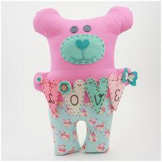 Romantyczny misiek w rozmiarze XL (wysykość około 45cm) wykonany z wysokiej jakości tkanin bawełnianych. Wewnątrz wypełnienie  poliestrowe czyste. Ozdobiony filcem, muliną, guziczkami i szydełkowymi kwiatkami. Miły prezent z okazji ślubu lub jako wyznanie dla  ukochanej osoby, ;) ...