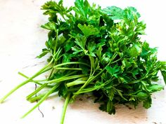 There are a few natural remedies for kidney stones. Know about how to use parsley for kidney stones here on Boldsky. Natural Remedies For Cramps, Cramp Remedies, Home Remedies, Healthy Kidneys, Juice Smoothie, Smoothies, Simple Face, Smoothie