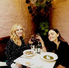 Candice King and Phoebe Tonkin during convention last week June 2018 in Brussels, Belgium. Vampire Diaries Poster, Vampire Diaries Wallpaper, Vampire Diaries Funny, Vampire Diaries Cast, Vampire Diaries The Originals, Caroline Forbes, Stefan E Caroline, Phoebe Tonkin, Claire Holt