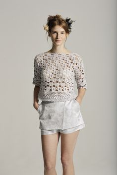Crochetemoda: Blusa de Crochet. This crochet top has a unique stitch pattern that would not be difficult to replicate. ~CAWeStruck